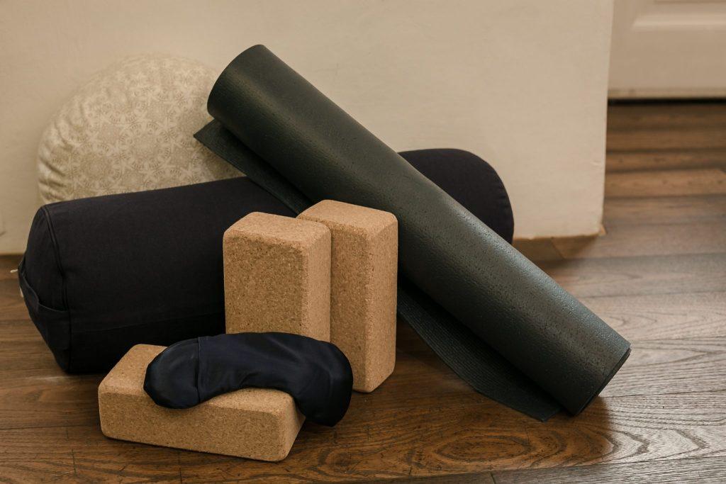 Yogamatten, Blöcke, Meditationskissen